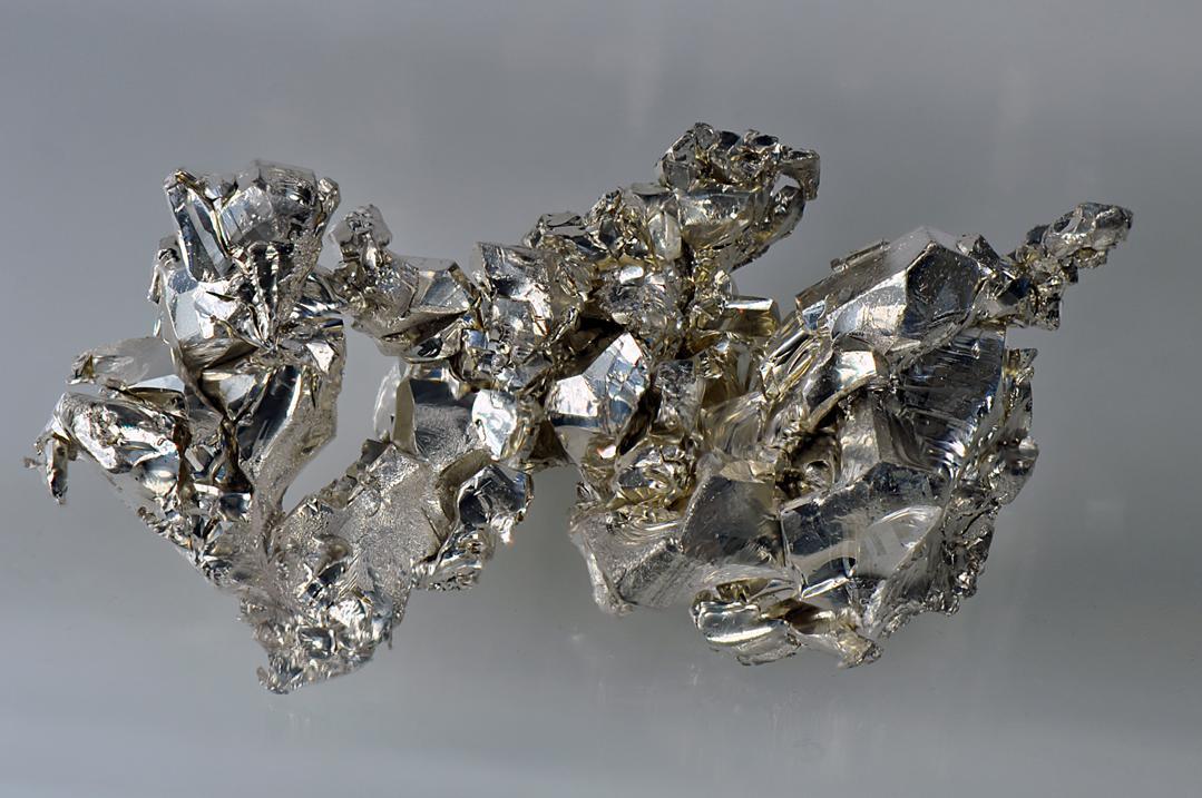 Kristall von reinstem 99,99% Calcium (Quelle: Wikipedia)